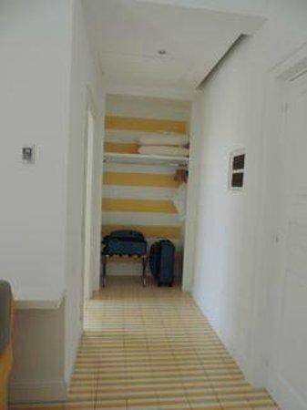 Palazzo Jannuzzi Relais: hallway to closet area