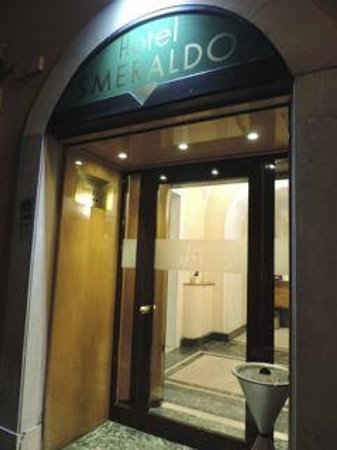 Hotel Smeraldo: entrance to hotel at night