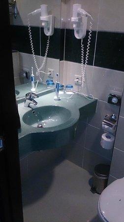 Best Western Plus Hotel Blue Square: Bathroom, wash basin.
