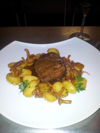 Le Boudoir: Steak with browned potatoes, jui and wild mushrooms.