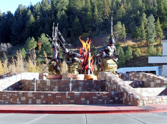 Inn of the Mountain Gods Resort & Casino: SCULPTURE AT THE ENTRANCE TO THE HOTEL