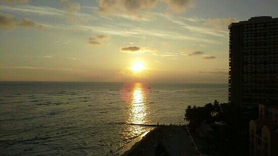 Outrigger Waikiki Beach Resort: sunset from ocean front balcony