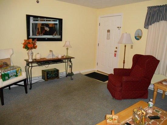 Elmwood Resort Hotel: comfortable living room with new Flat Screen TV