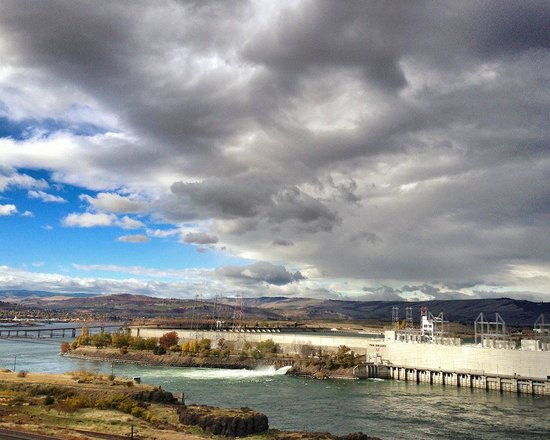 Celilo Inn: Morning view of the dam from just east of the hotel.