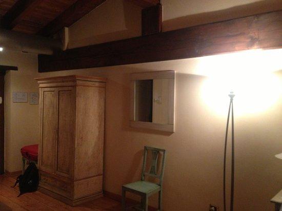 La camera da letto con le travi in legno a vista - Bild von Hotel ...