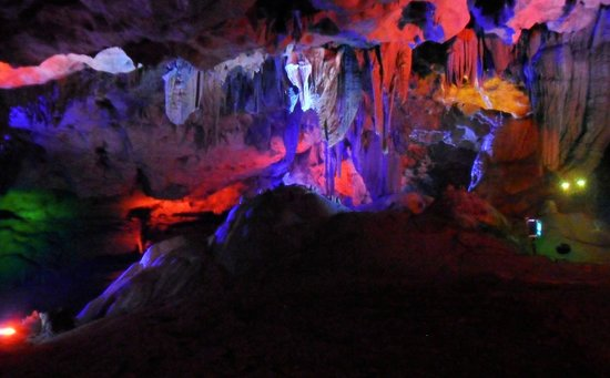 Guilin Chuanshan Scenic Resort : In the cave: Stalactites colourfully lit.