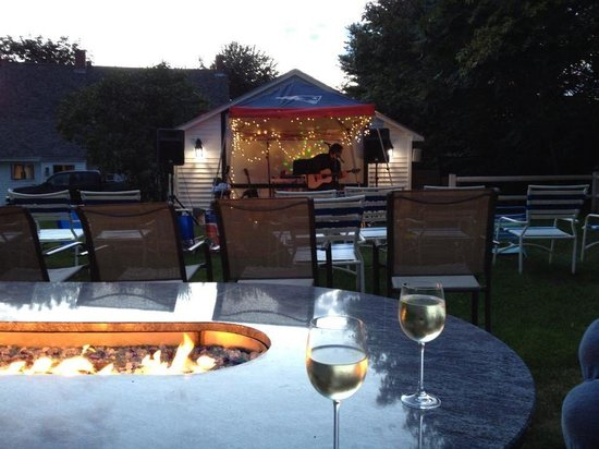 Elmwood Resort Hotel: Love the fire pit and live entertainment!
