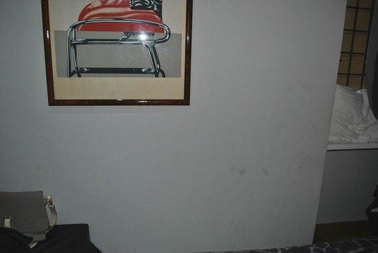 Relais Roma Centro : dirt on the wall