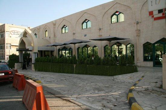 Toledo Amman Hotel: Straatzijde van het hotel