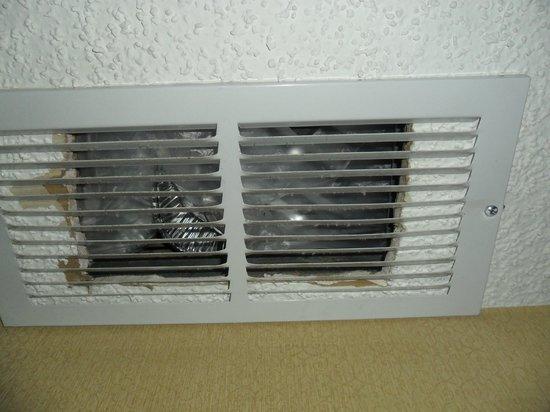Hotel Encanto de Las Cruces: Trash in the A/C vent
