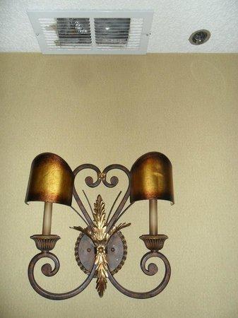 Hotel Encanto de Las Cruces: Light that shows off the A/C trash