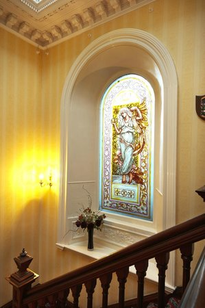 Garvock House Hotel: Staircase and window