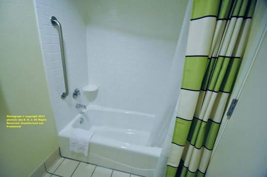 Fairfield Inn & Suites Ocala : Great place to shower not so much to take a bath unless you're small.