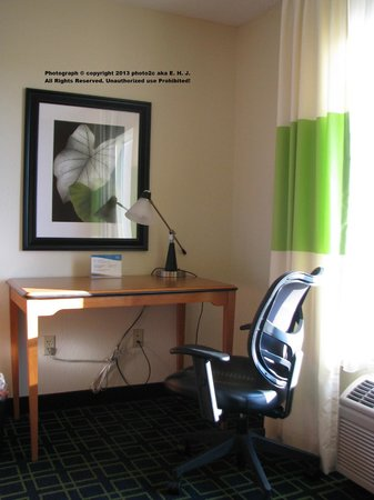 Fairfield Inn & Suites Ocala: Smart tie off cables under work desk in room.