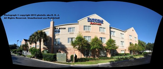 Fairfield Inn & Suites Ocala: Wide angle view of the back of hotel.