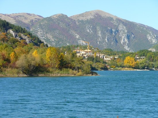 Il Lago di Scanno: The autumn colours.