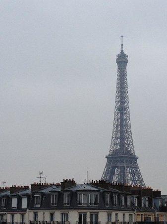 Timhotel Tour Eiffel : Torre Eiffel vista desde la habitación.