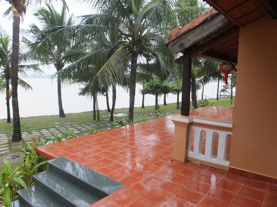 Vinh Hung Riverside Resort: River view from balcony