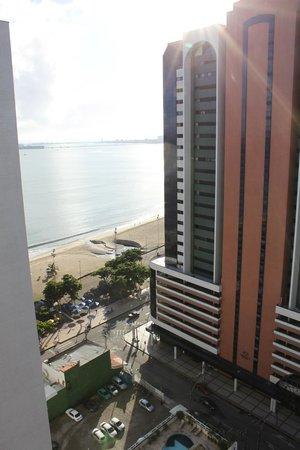 Hotel Brasil Tropical: vista do mar pela janela do apartamento do hotel