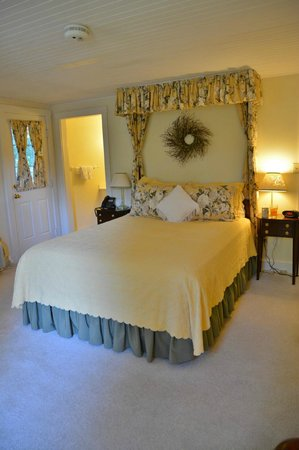 Fairville Inn Bed and Breakfast : Bedroom upstairs