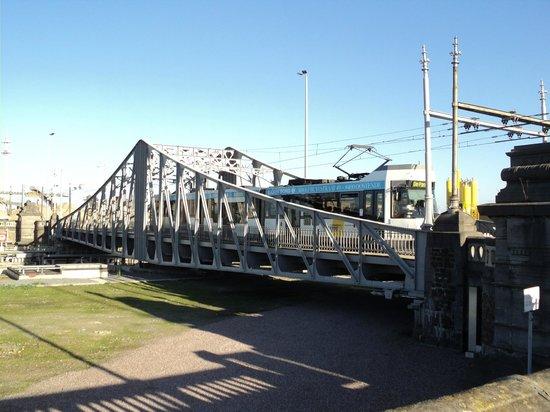 The Kusttram : Tram op en brug in Oostende