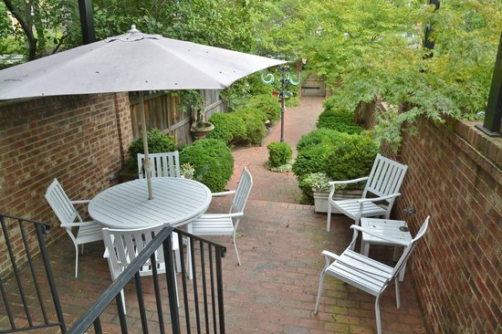 216 Bed and Breakfast: Patio garden in back