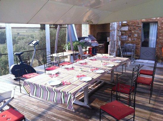 Chambre d'Hotes au Domaine du Soleil Couchant : Poolside dining