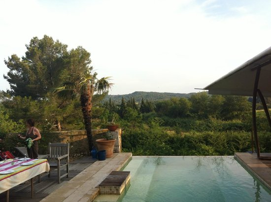 Chambre d'Hotes au Domaine du Soleil Couchant: View from the pool