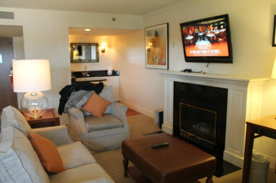 Grand Geneva Resort & Spa: Lovely seating area in Jr.KIng suite - gas fireplace was great!