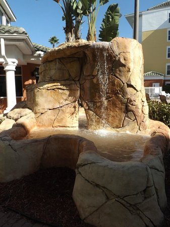 Residence Inn Lake Buena Vista: Relaxing sounds of the fountain by the pool
