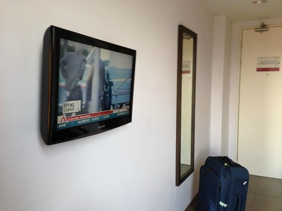 Primera Hotel Seminyak: Flat screen TV with good channels