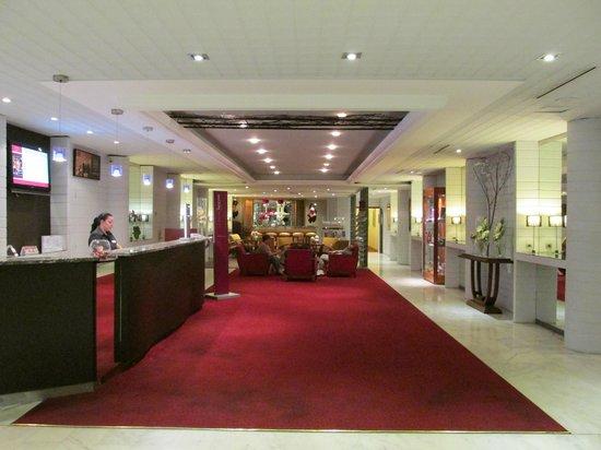 Mercure Nice Centre Notre Dame: Lobby desk