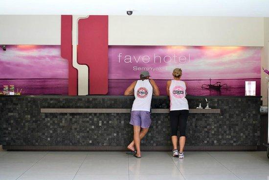 Primera Hotel Seminyak : Reception counter