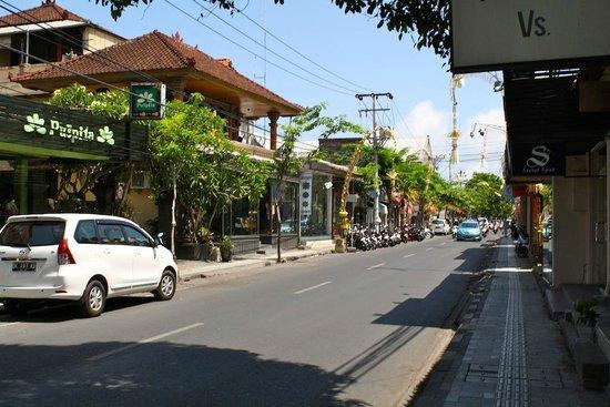 Primera Hotel Seminyak : Street of Jln Legian