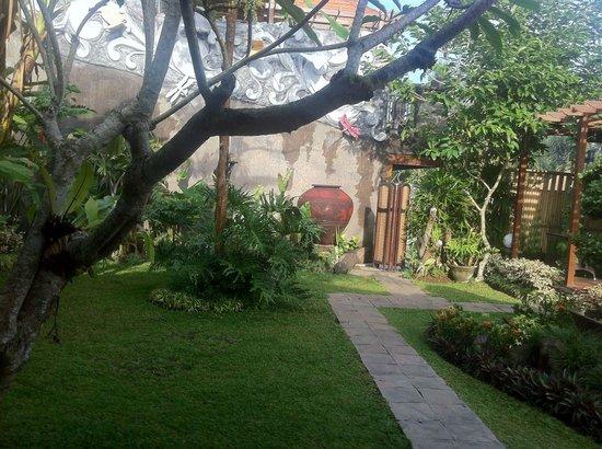 Baruna Sari Villa: Le jardin