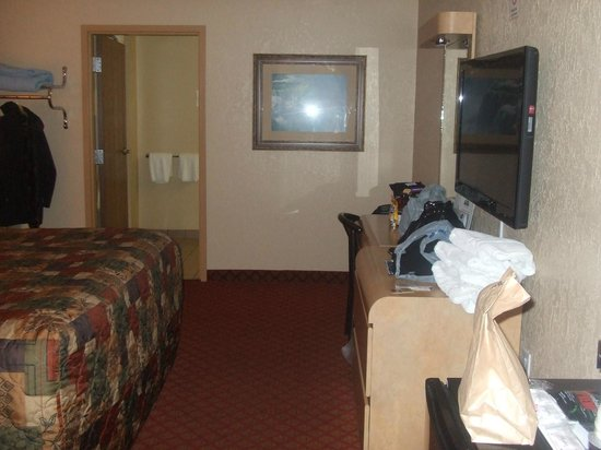 Days Inn & Suites Niagara Falls/Buffalo: King Room Beside Main Office
