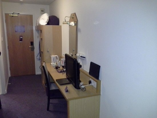 Premier Inn Newcastle City Centre (Millennium Bridge) Hotel : Entrance and dressing table
