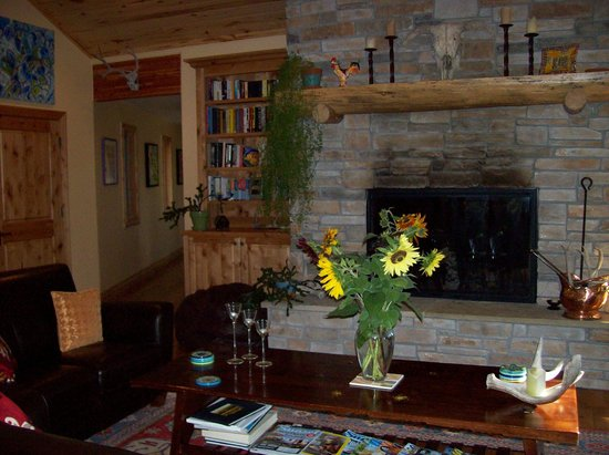 Fox Creek Inn: Great room with fireplace