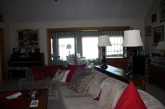 Swallowdale Inn B & B: Living room area for B&B guest, with view of sunroom