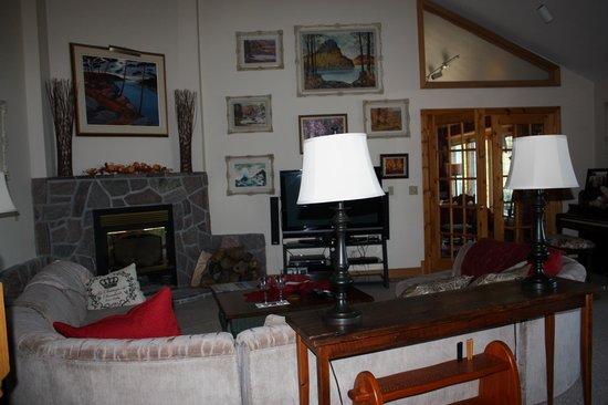 Swallowdale Inn B & B: Livingroom area for B&B guests with interesting artwork