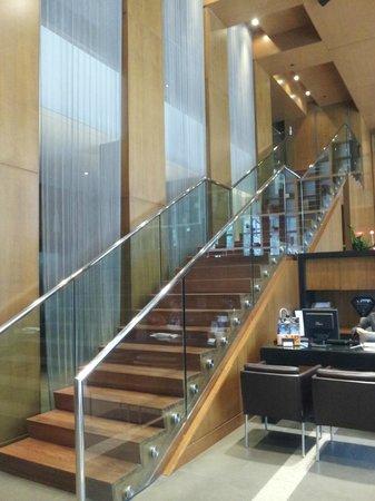 Le Germain Hotel Toronto Mercer: Lobby stairs