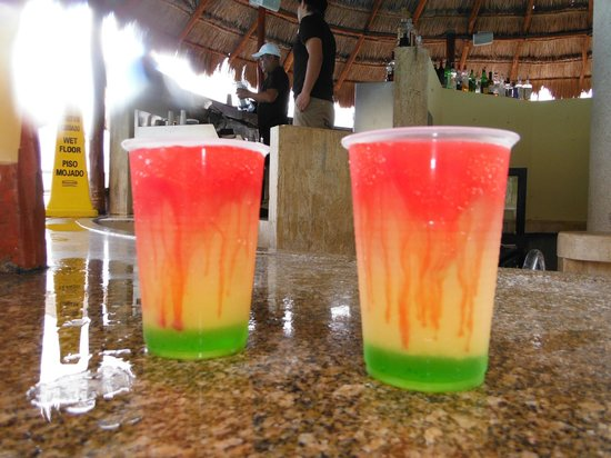 Paradisus Cancun: Signature cocktails from the swim up bar