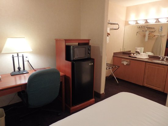 La Fuente Inn & Suites: microwave oven and frig