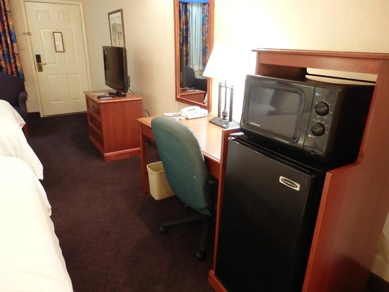 La Fuente Inn & Suites: microwave oven and frig near desk