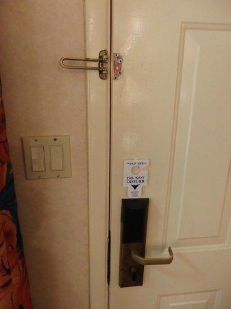La Fuente Inn & Suites: broken latch on entry door