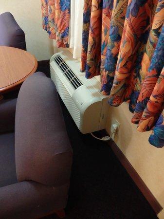 La Fuente Inn & Suites: air conditioner