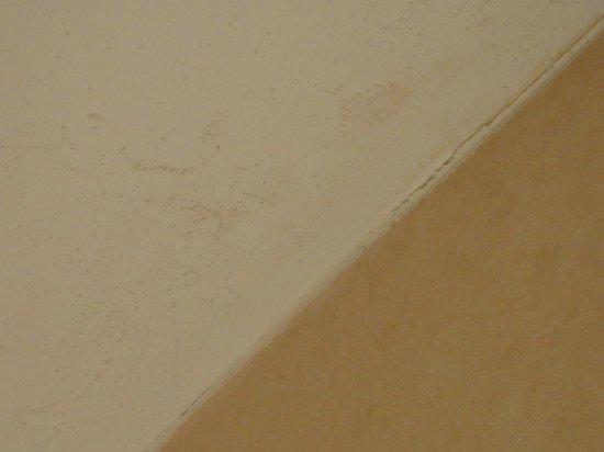 La Fuente Inn & Suites : ceiling discoloration/staining ?