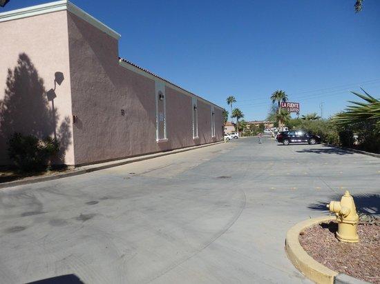 La Fuente Inn & Suites : outside on the backside of hotel