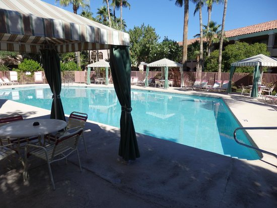 La Fuente Inn & Suites: pool in center of courtyard