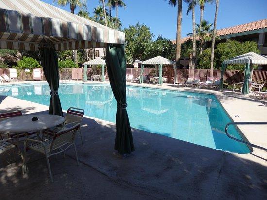 La Fuente Inn & Suites : pool in center of courtyard